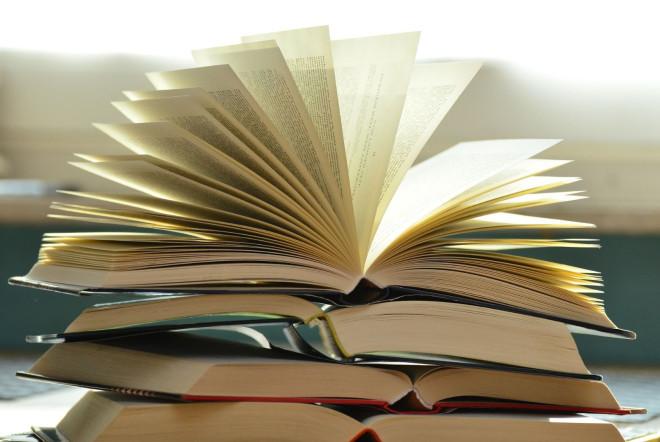 Bücherstapel mit fünf verschiedenen Bücher