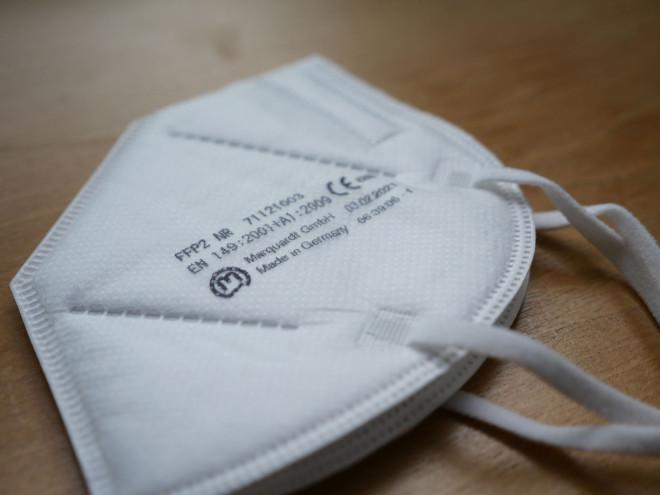 Bild einer weißen FFP2-Maske auf dem Tisch
