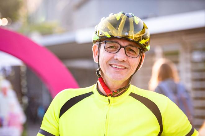 Guillermo Jennert mit gelbem Trikot und Helm