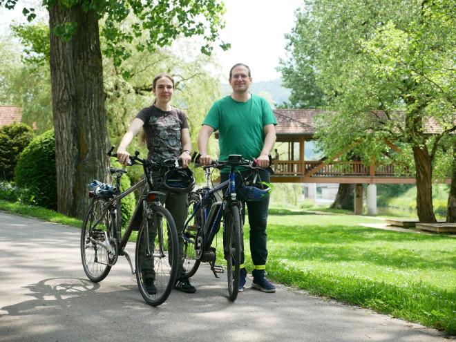 Meike Reichle und Alexander Reichle-Schmehl mit ihren Fahrrädern.