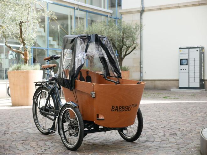 Das Tuttlinger Leih-Lastenrad steht im Rathausinnenhof.