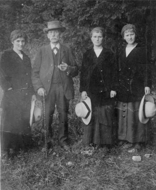 Schwarz-weiß Bild der Familie Grotz aus Kriegszeiten