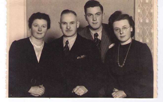 Schwarz-weiß Bild von Heinrich Zepf mit Familie aus Kriegszeiten