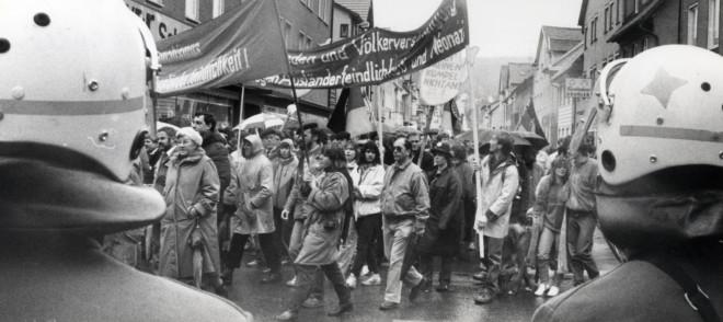 Schwarz-weiß Bild mit einer Menschenmenge bei einer Demonstration in den 70er / 80ern