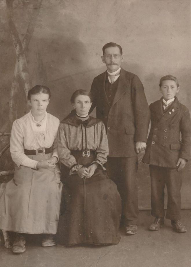 Familienbild Glocker; v.l. Hedwig, Franziska geb.Rack, Johann, Otto Glocker