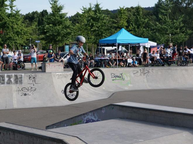 Junge auf Bike springt an einer Rampe im Skaterpark in Tuttlingen.