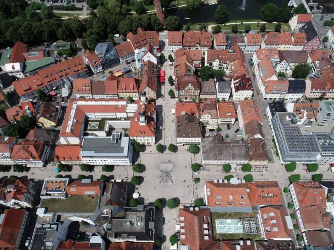 Luftaufnahme mit vielen Häusern und roten Dächern in Tuttlingen.Links im Bild nimmt der quadratische Marktplatz Platz ein.