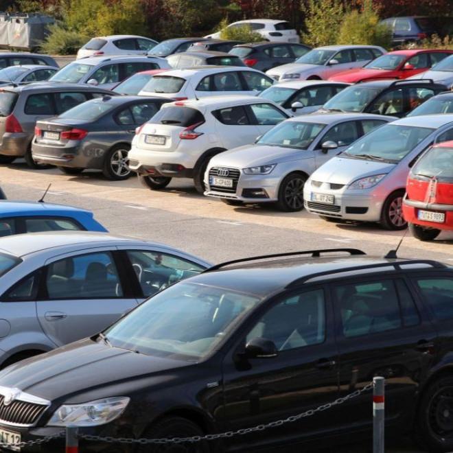 Autos auf dem Parkplatz Donauspitz