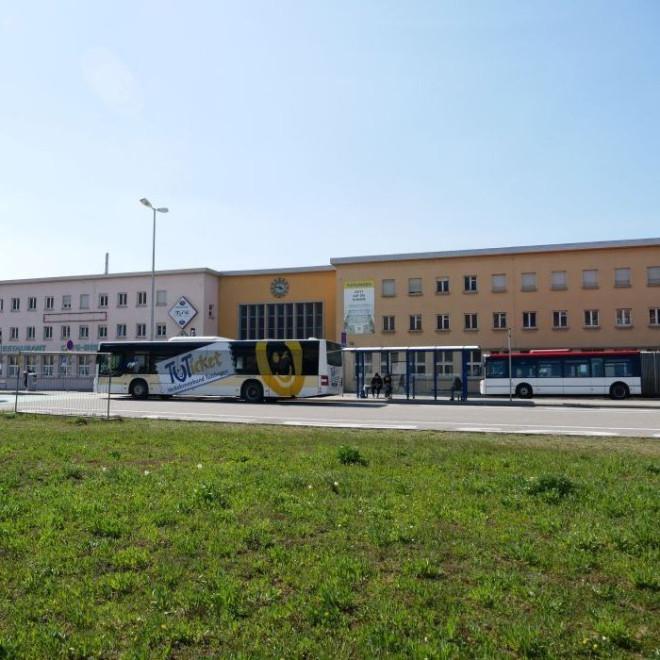 Bahnhof Tuttlingen mit Bussen davor