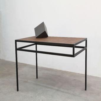 Tisch mit Skulptur vom Künstler Shinroku Shimokava