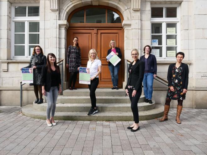 Die Organisatorinnen des Frauenwirtschaftstags auf der Treppe vor dem Tuttlinger Rathaus.