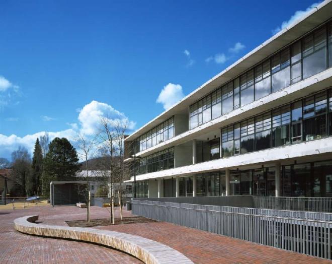 Die Ludwig-Uhland-Realschule Tuttlingen von außen und ihr Pausenhof
