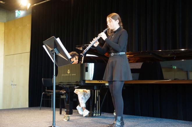 Zwei Musikschülerinnen beim Auftritt auf der Bühne