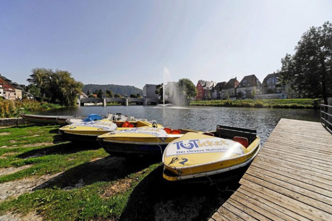 Tretboote am Donau-Ufer