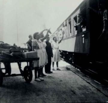 Schwarz-Weiß-Aufnahme einer Abschiedsszene am Zug.