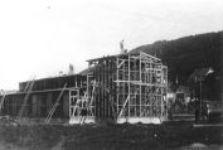 Schwarz-Weiß-Aufnahme vom Bau der Lagerkirche.