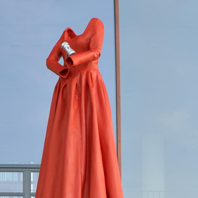 pm2014-298_Galerie_Anja_Luithle_hammering_woman_detail