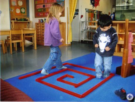 Zwei Kinder des Kindergartens Bergstraße gehen einen vorgelegten Weg nach